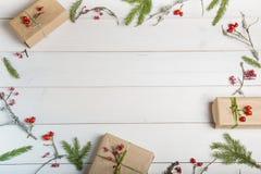 Предпосылка рождества, Нового Года или осени, плоский состав положения орнаментов рождества естественных и ель разветвляют, ягоды стоковое изображение rf