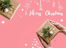 Предпосылка рождества при подарки обернутые в бумаге kraft на белой предпосылке, украшенной в Эко-стиле Рождество Стоковое фото RF