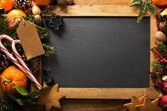 Предпосылка рождества с апельсинами, тросточками конфеты и украшениями Стоковое фото RF