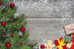 Предпосылка рождества с ветвями ели, красными украшениями, подарочными коробками и конусами сосны стоковое фото