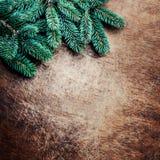 Предпосылка рождества с ветвями ели на деревенском деревянном ба стоковая фотография