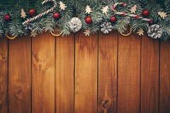 Предпосылка рождества с ветвями, украшениями и красными безделушками стоковое изображение