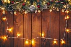 Предпосылка рождества с ветвями, украшениями и светами стоковые изображения rf