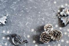 Предпосылка рождества с винтажными серебряными игрушками и конусом рождества Стоковое Изображение