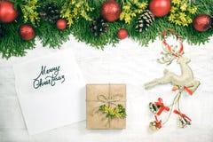 Предпосылка рождества с деревом xmas, красными орнаментами и на w Стоковые Фото