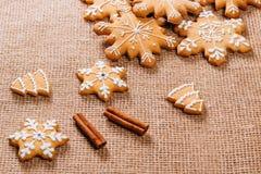Предпосылка рождества с домодельными печеньями пряника Стоковые Изображения