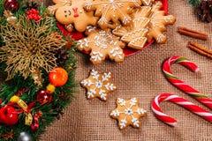 Предпосылка рождества с домодельными печеньями пряника Стоковые Фотографии RF