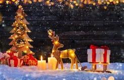 Предпосылка рождества с загоренными лосями и рождественской елкой стоковое изображение