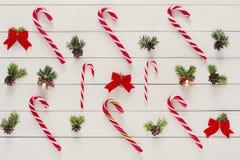 Предпосылка рождества с конфетами и малыми шариками на древесине Стоковая Фотография RF