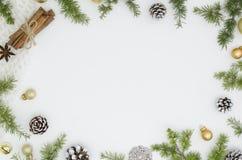 Предпосылка рождества с космосом экземпляра, ветвями ели, украшениями и циннамоном Космос для текста Взгляд сверху Суета рождеств стоковое изображение rf