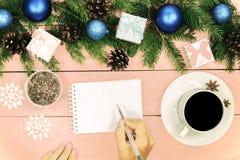Предпосылка рождества с орнаментом и украшенными вечнозелеными отрубями Стоковая Фотография