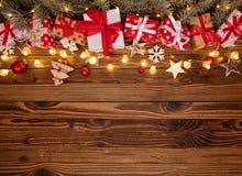 Предпосылка рождества с подарками и деревянными украшениями стоковая фотография