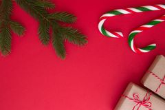 Предпосылка рождества с подарками Xmas, twings ели и тросточками конфеты Взгляд сверху, плоское положение Скопируйте космос для т Стоковые Фото