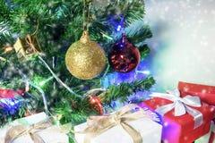 Предпосылка рождества с подарочной коробкой сосны белой и красной Стоковое Изображение