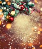 Предпосылка рождества с праздничным украшением, ветвь сосны, стоковые изображения
