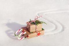 Предпосылка рождества с скелетоном тросточки конфеты на снеге стоковые изображения