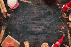 Предпосылка рождества с украшениями золота и красного цвета Открытый космос в середине Стоковая Фотография RF