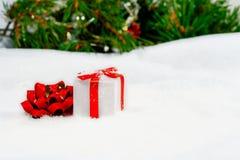 Предпосылка рождества с украшениями и подарочной коробкой стоковая фотография rf