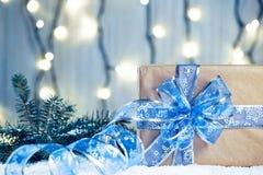 Предпосылка рождества с украшениями и подарочными коробками на деревянной доске с снегом, Стоковые Изображения