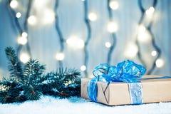 Предпосылка рождества с украшениями и подарочными коробками на деревянной доске с снегом, Стоковое Изображение
