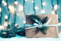 Предпосылка рождества с украшениями и подарочными коробками на деревянной доске с снегом, Стоковая Фотография
