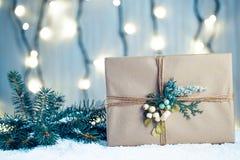Предпосылка рождества с украшениями и подарочными коробками на деревянной доске с снегом, Стоковое Изображение RF
