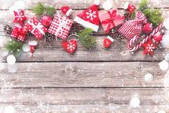 Предпосылка рождества с украшениями и подарочными коробками стоковые фотографии rf