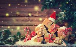 Предпосылка рождества с украшениями и подарочными коробками стоковые фото