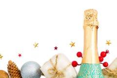 Предпосылка рождества с шампанским, подарком, конусом играет главные роли на белом изоляте предпосылки Стоковое фото RF