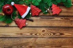 Предпосылка рождества с шляпой Санты и красное винтажное украшение над деревянными планками стоковое фото rf