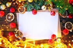 Предпосылка рождества, таблица украшенная с ветвями гирлянды и ели рождества с Новым Годом и рождеством Стоковые Фото
