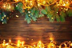 Предпосылка рождества, таблица украшенная с ветвями гирлянды и ели рождества с Новым Годом и рождеством Стоковое фото RF