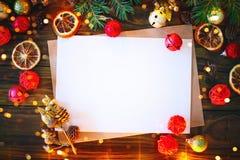 Предпосылка рождества, таблица украшенная с ветвями гирлянды и ели рождества с Новым Годом и рождеством Стоковое Изображение