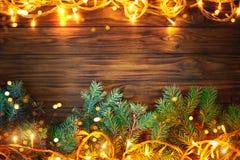Предпосылка рождества, таблица украшенная с ветвями гирлянды и ели рождества с Новым Годом и рождеством Стоковые Изображения
