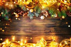 Предпосылка рождества, таблица украшенная с ветвями гирлянды и ели рождества с Новым Годом и рождеством Стоковое Фото