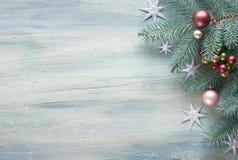 Предпосылка рождества: угол украшенный с хворостинами ели, ягодами a Стоковое фото RF
