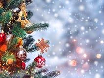 Предпосылка рождественской елки и украшения рождества с снегом, запачканный, искриться, накаляя Стоковая Фотография RF