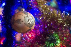 Предпосылка рождественской елки с красочными светами и безделушками рождества стоковая фотография