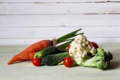 Предпосылка свежих овощей деревенская деревянная Стоковое Изображение RF