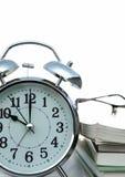 предпосылка сигнала тревоги записывает белизну часов Стоковые Изображения