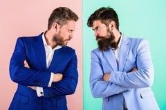 Предпосылка сини пинка куртки возникновения бизнесменов стильная Напряженные конкуренты выражения стороны Конкуренция дела и стоковые фото