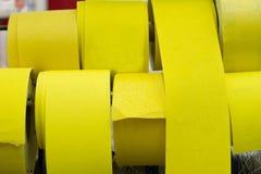Предпосылка слипчивого желтого комплекта ленты Селективный фокус стоковое изображение