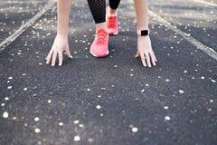 Предпосылка спорта бегун на линии начала r концепция конкуренции стоковые изображения rf