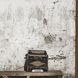 Предпосылка стены и аккордеони Стоковая Фотография