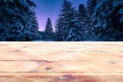 Предпосылка столешницы рождества деревянная, который замерли на ноче в ландшафте леса снега стоковые фотографии rf