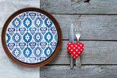 Предпосылка, столовый прибор, сердце и плита дня валентинки с пустым космосом Стоковая Фотография RF