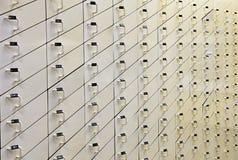 Предпосылка с деревянными белыми ящиками Интерьер в фармации стоковая фотография