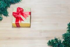 Предпосылка с подарочной коробкой золота, предпосылка рождества Нового Года Стоковое Изображение