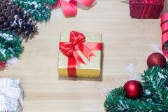 Предпосылка с подарочной коробкой золота, предпосылка рождества Нового Года Стоковые Фото