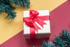 Предпосылка с подарочной коробкой золота, предпосылка рождества Нового Года Стоковые Изображения